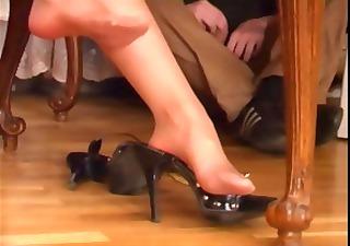 Brunette MILF in pantyhose gets her feet